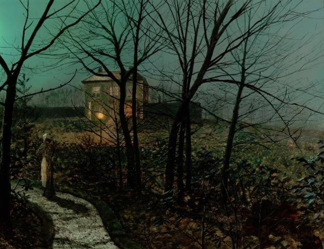Mujer en el camino de una casa de campo