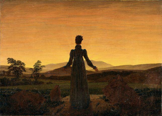 Mujer frente al Sol poniente