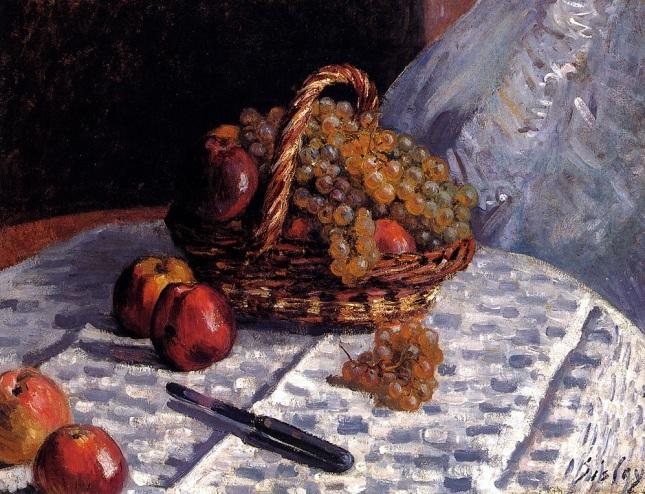 Manzanas y uvas en una cesta
